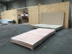 Arrivage du bâti de montage et des panneaux contreplaqués découpés numériquement